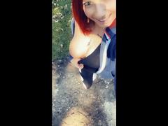 Titten beim Spazieren gehen