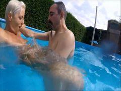 Jetzt wird der Mann meiner Stiefschwester im Pool gefickt!