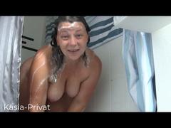 Short Clip eingeseift unter der Dusche