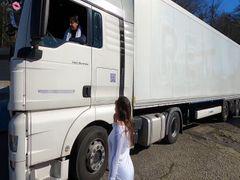 Die Trucker-Schlampe. Von LKW-Fahrer blank durchgezogen
