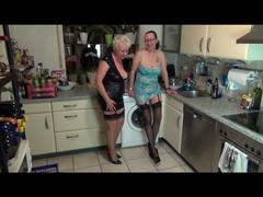 2 Spermageile MILFs und die Spülmaschine - Handwerker Sex