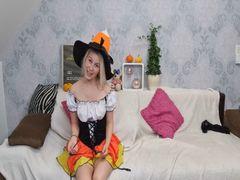 Sexy Hexe schiebt sich Minikürbis in die Pussy