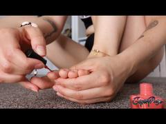 Dein FOOTJOB mit frisch lackierten Nägeln