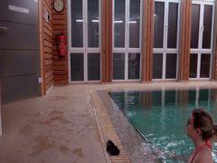 Erwischt im Schwimmbad' Der Bademeister nutzt mich aus !!! Public!