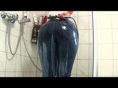 Nasse Jeans Schlampe in der Dusche gefickt!