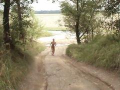 Joggingschlampe läuft nackt durch die Welt!