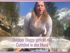 Outdoor Doggy gefickt mit Cumshot in den Mund