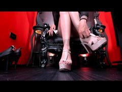 Rosa blasse Absätze und Füße