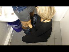 Blowjob auf der öffentlichen Toilette