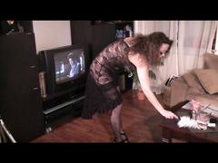 Arschgeile Hausfrau - Beim Putzen machen alle Löcher gestopft
