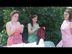 Rauchende Hausfrauen bei der Drecksarbeit