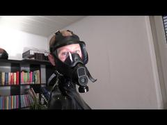 Latexgötting mit Gasmaske