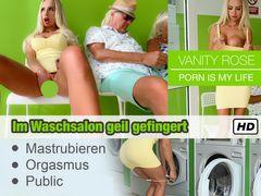 Im Waschsalon geil gefingert bis zum Orgasmus