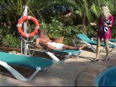 Urlauber am Pool vernascht