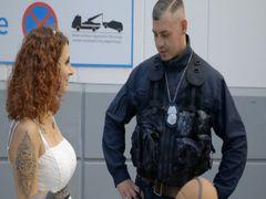 Polizist verpasst mir Spermaladung anstatt Ticket!