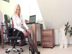 Gelangweilte Sekretärin im Homeoffice fickt sich hart mit ihrer Faust