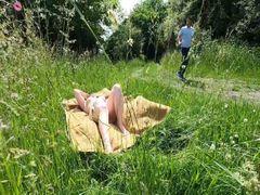 Beim Sonnenbad angequatscht und durchgefickt