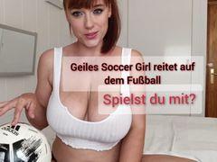 Geiles Soccer Girl reitet auf dem Fussball