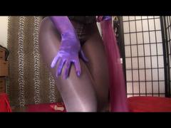Passend zu lila Handschuhen eine Strumpfhose und Riesendildo (ohne Ton)