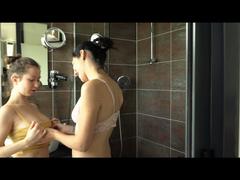 2 heiße Girls besorgen sich es in der Dusche