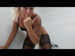 Pussy rasieren mit Selbstbefriedigung und dann pissen
