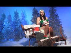 Sexy Weihnachtelf packt die Geschenke aus