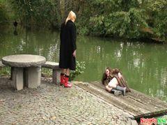 2 Ladys in Pelzmantel und Gummistiefel
