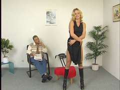 Blondine im Leder Dress gefickt