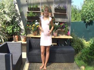 Kurzes Kleid, blankes Fötzchen lädt zum Ficken ein!
