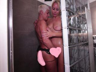 Das blonde Miststück wird jetzt direkt in der Dusche gefickt
