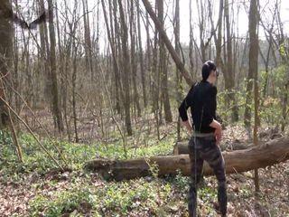 Allein und geil im Wald