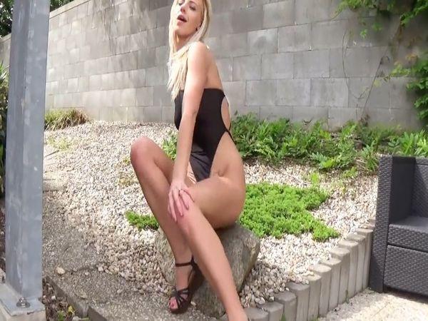 Naturgeile Blondine bekommt ihren Fickarsch aufgebohrt!