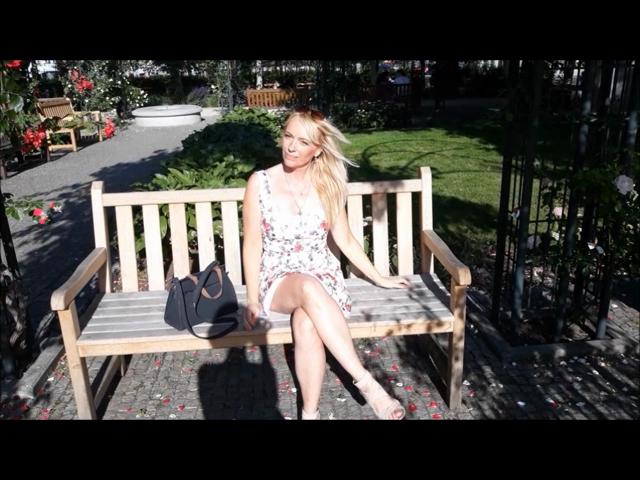 Spaziergang im Stadtpark ohne Höschen