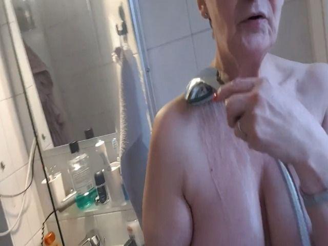 LadyBea unter der Dusche