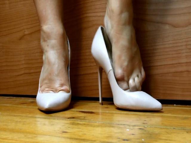 Ich ziehe meine High Heels vor dir an