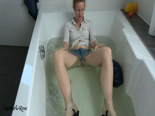 Fetisch: Mit Klamotten baden