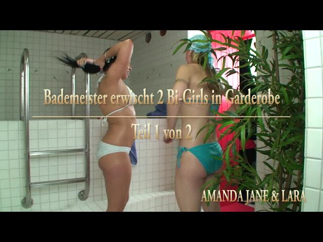 Bademeister erwischt 2 Bi-Girls in Garderobe - Teil 1 von 2