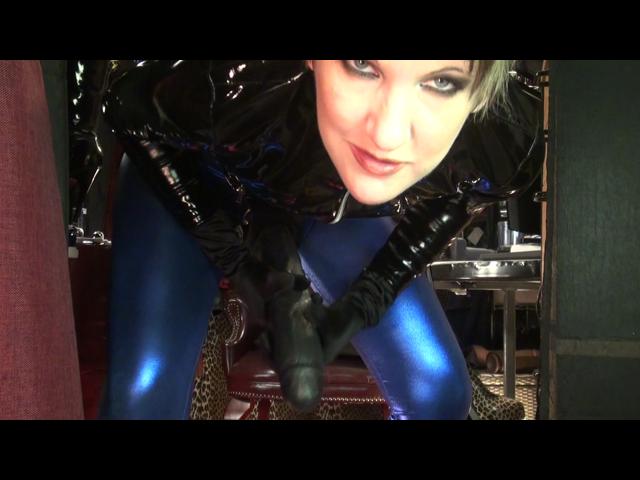 Mega Strap-on und Leggings in Metallic blau, Fussfetisch