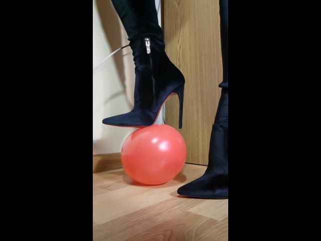 Hochhackige Stiefel und geplatzter Ballon